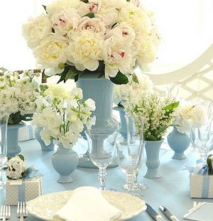 Blue and white decor and fashion - fluffy-white-flowers-in-blue-vases.jpg