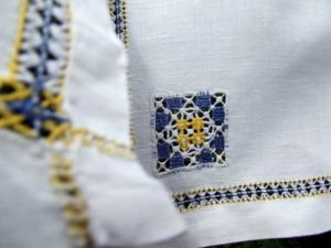 Napkins set five white linen yellow and blue by DollyTopsyVintage.jpg