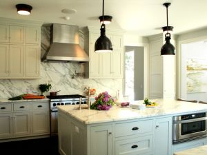 Joel Snayd Kitchen with black pendancts via decorpad.jpg