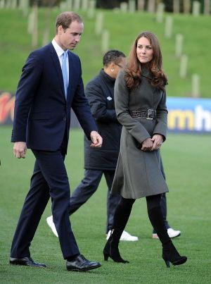 kate middleton pregnancy style grey coat via myLusciousLife.com.jpg