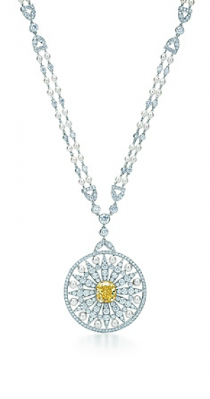 Tiffany Gatsby jewels - Medallion of pearls white diamonds and a 3.60-carat Fancy Vivid Yellow diamond.PNG