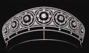 Royal jewels - Diamond tiara c 1905.JPG