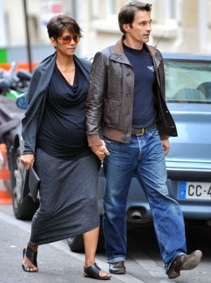 Best celebrity maternity style - halle-berry-pregnant.jpg
