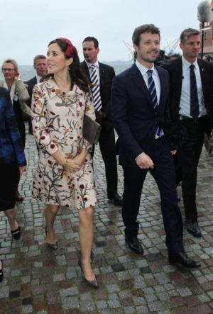 Celebrity pregnancy style - princess mary of denmark pregnant 2010.jpg