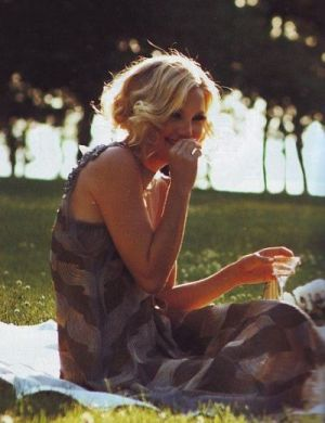 Kate Hudson flapper fashion on a picnic.JPG
