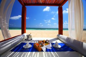 Romantic picnic ideas - picnic at the beach.jpg