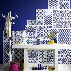 Modern beach homes - style ideas - kevin_sharkey_apartment_therapy_white_blue_lattice_entryway.jpg