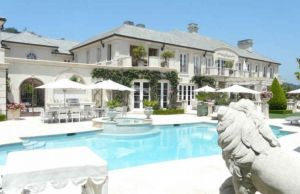Pictures - home and gardens - garden with house - Lisa Vanderpump mansion in Beverly Hills.jpg