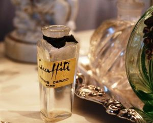 perfume bottles from romantichome.blogspot.com6.jpg