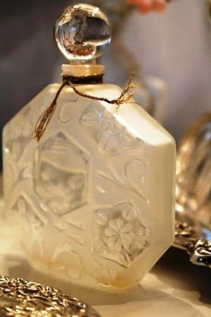 perfume bottles from romantichome.blogspot.com7.jpg