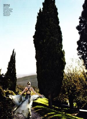 lara-stone-by-mario-testino-for-vogue-us-january-2011-tuscan-turnaround.jpg