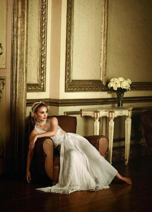 natalie-portman-by-peter-lindbergh-for-vogue-us-january-2011-spreading-her-wings3.jpg