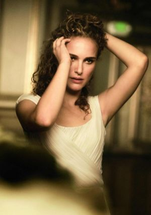 natalie-portman-by-peter-lindbergh-for-vogue-us-january-2011-spreading-her-wings4.jpg
