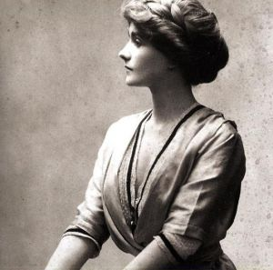 Coco Chanel photos - Young Chanel pictures - coco chanel 1910.jpg