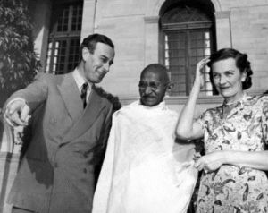 Lord and Lady Louis Mountbatten with Gandhi.jpg