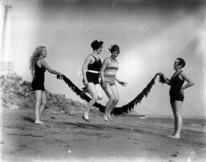 vintage swimming photos - www.myLusciousLife.com - jumping 1928.jpg