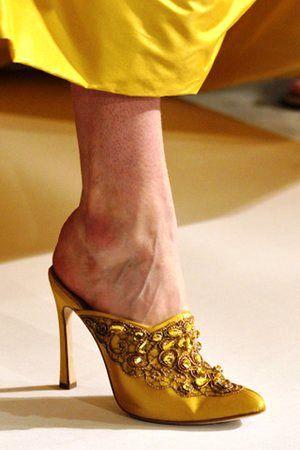 oscar-de-la-renta-spring-2012-rtw-ebroidered-mina-babouche-shoes-profile.jpg