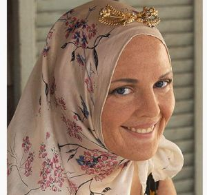 Drew Barrymore as Little Edie wearing headscarf.jpg