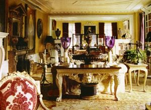 Living room of the Manhattan apartment of Oscar and Annette de la Renta.jpg
