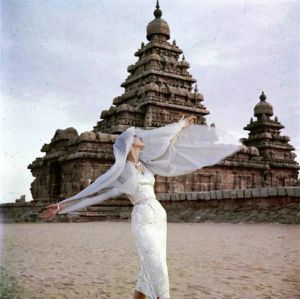 Norman-Parkinson-Model-with-scarf-India-1956.jpg