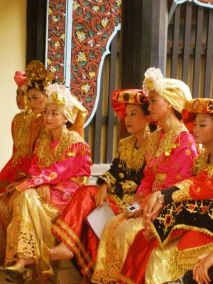 Traditional_minang_costumes.jpg