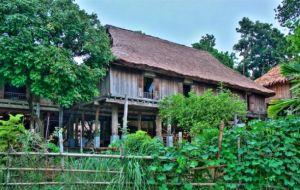 Stilt_house_by_Muong_people_in_Mai_Chau-Hoa_Binh-Viet_Nam.jpg