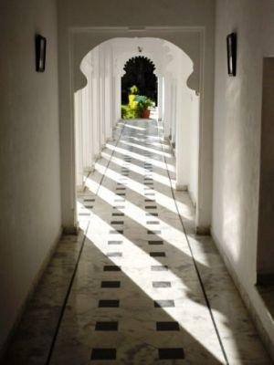sunlight-on-moghul-style-passageway-udaipur-rajasthan-india-asia.jpg