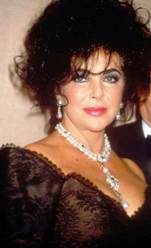 Elizabeth Taylor with La Peregrina - pearl jewellery photos via mylusciouslife.jpg