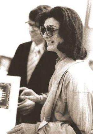 Pictures of Jackie Kennedy fashion icon - Jackie_Onassis_Oversized_Sunglasses.jpg