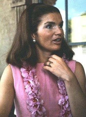 jackie-kennedy-on-the-balcony-of-the-hawaiian-governors-office.jpg