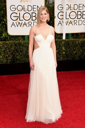 Golden Globes 2015 fashion - Rosamund Pike in white Vera Wang.jpg