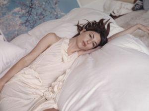 sofia_coppola_vogue_nippon_2005_apartment_nightgown_bed_2.jpg