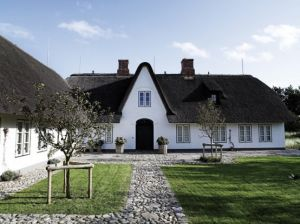 black-and-white-scandanavian house-design - mylusciouslife.com.jpg