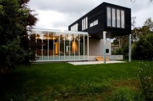 modern-minimalist-house-in-black-and-white-exterior-design.jpg