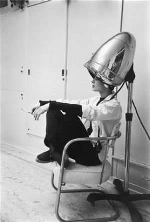 beautiful photography photos - Mark Shaw - LIFE 1953 - Audrey Hepburn_hairdryer.jpg